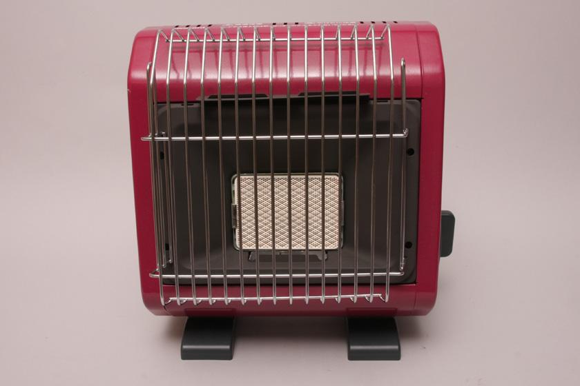 中央の白い部分がセラミックヒーター。無数の小さい穴からガスが出てヒーターを加熱し、ヒーターから遠赤外線が出る