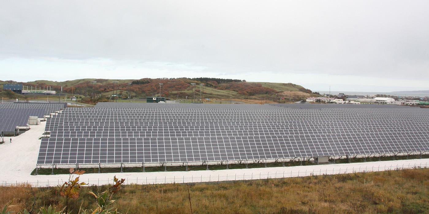 稚内メガソーラー発電所近くの丘から撮った俯瞰写真。広いので1枚には収まりきらない