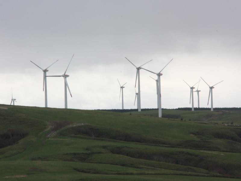 """稚内市は、風力や太陽光などの自然エネルギーによる""""電力自給率100%""""を目指している。次回はその話をしよう"""