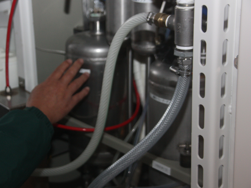 燃料電池の装置内にある、水素吸蔵合金のタンク。この中に水素が蓄えられる。貯蔵量は47.5N立方m(ノルマル立方メートル)