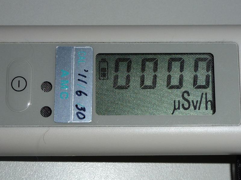 左に見える電源ボタンを押すと、線量率表示に切り替わる。長押しすると電源が切れてしまうので注意。しばらくすると積算線量表示に戻ってしまう
