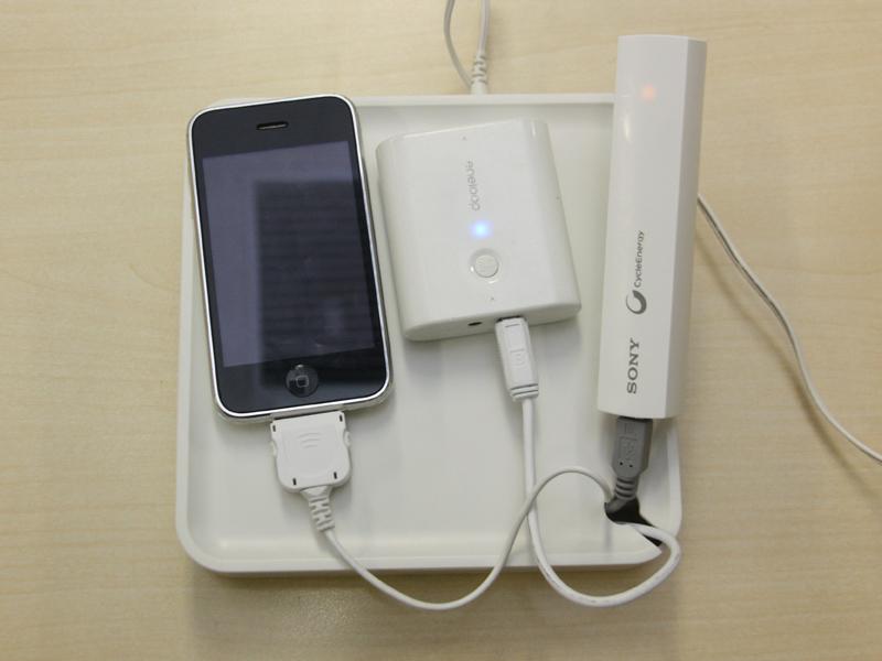 DockコネクタとminiUSB、microUSBケーブルで、iPhoneと三洋のモバイルブースター、ソニーのサイクルエナジーを充電しているところ。3台同時充電も可能だ