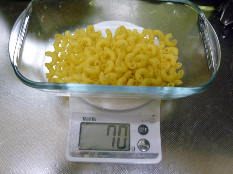 マカロニは4人分で70g。耐熱皿に入れて、塩水を入れておく