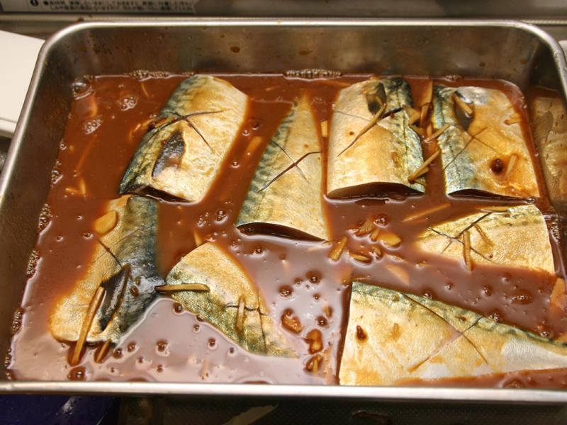 サバの味噌煮に挑戦。サバの切り身に合わせ調味料と、生姜を入れる