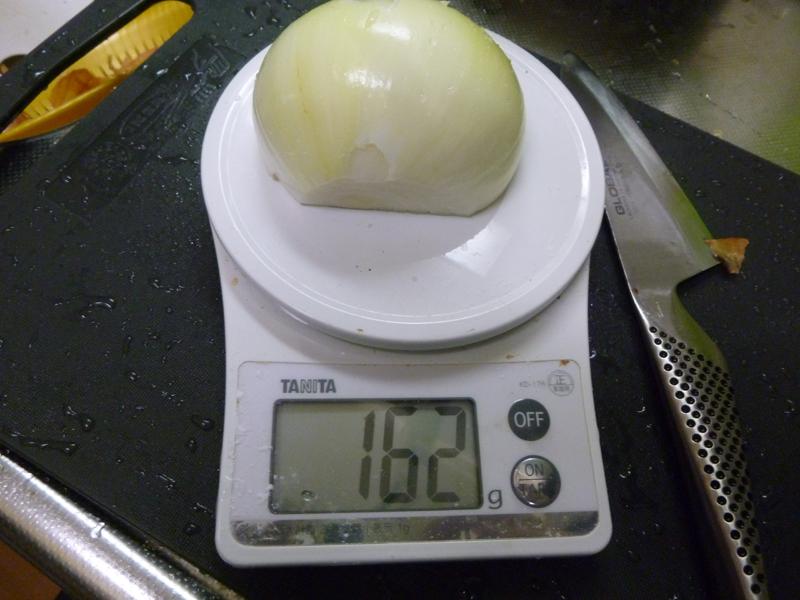 レシピには玉ねぎ100gとあったが、玉ねぎ1/2でも162gある