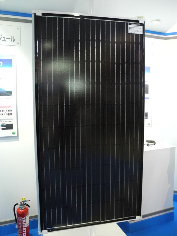 太陽電池の「黒」という特徴を前面に出した、三菱電機の住宅用パネル「フルブラック」
