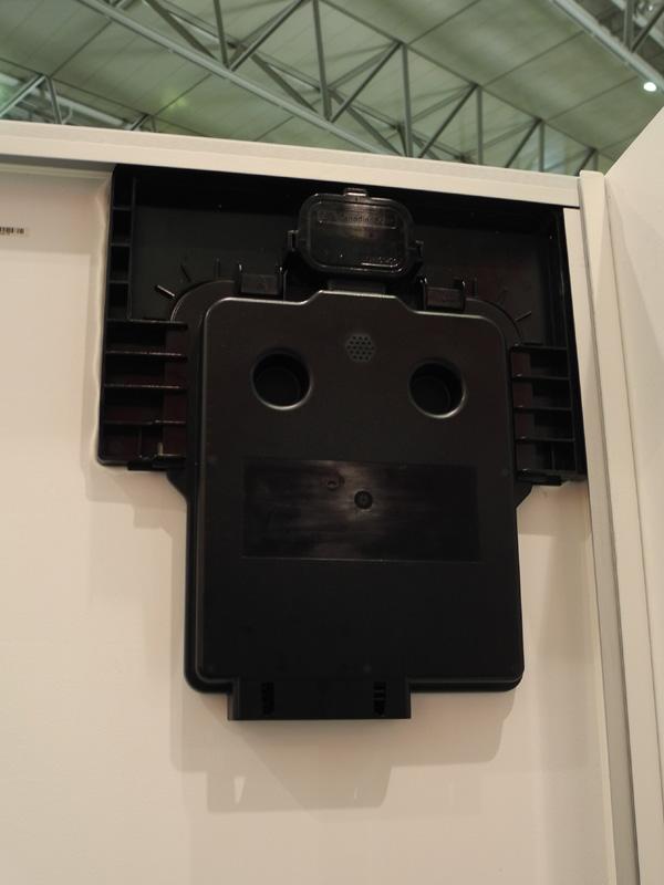 パネル裏側の隅に小さなインバーターを搭載。これにより、パワコンを設置する必要がないとのことだ