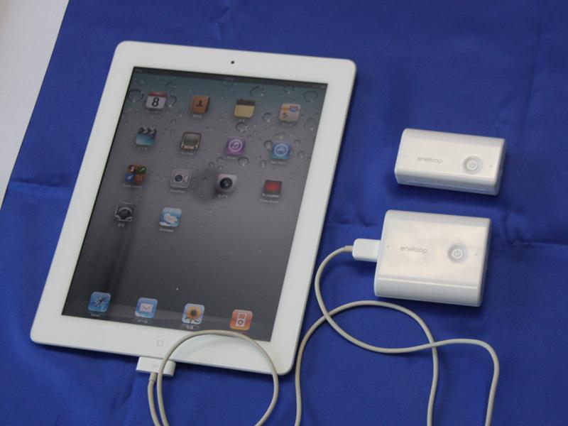 スマートフォンなどモバイル機器の電池が充電できる外部電源「エネループ モバイルブースター」(写真右)
