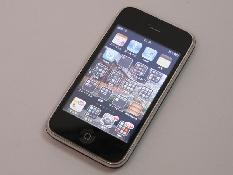 初代iPhoneの発売以来、およそ1年おきに3G、3GS(写真左)が発売され、スマートフォン市場が一気に拡大した。現在はiPhone 4(写真右)のバージョンアップ版「iPhone 4S」が人気となっている