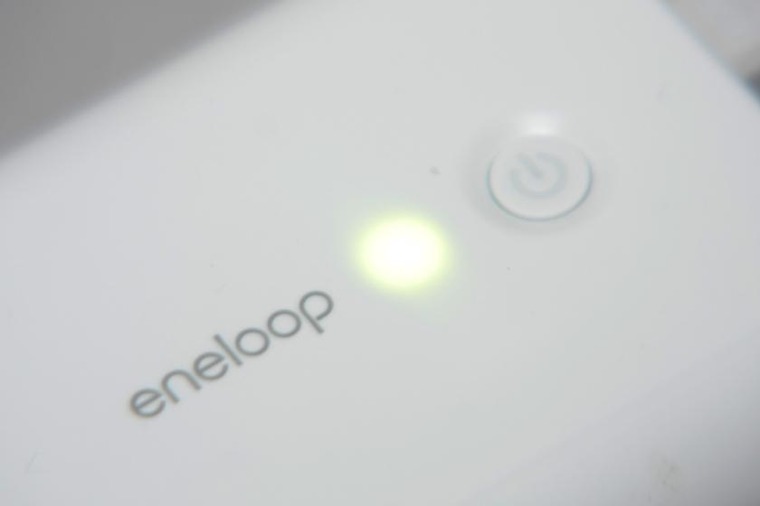 最新モデルでは、電池残量が3色のLEDで表示され分かりやすくなったのも特徴。写真の「グリーン」は、容量が十分にあることを示す