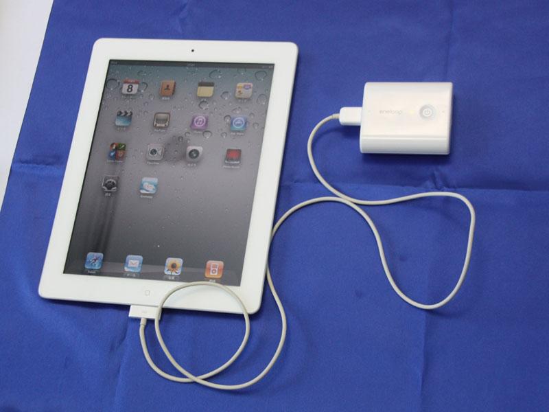 iPadなどタブレットPCには、5,400mAhのモデルを2台用意するのが良いだろう。充電時間も早く、ちょうど1回フル充電できるぐらいの容量となる