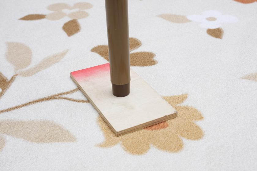 コタツを使用する場合は、カーペットの電熱線を傷めないように注意。板は木材加工コーナーがある大型のD.I.Yショップに行けば激安で買える。100円ショップなどでも手に入る