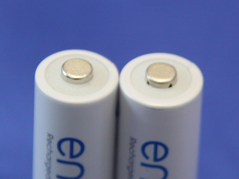 こちらも同じく、左の電池が新しいエネループで、右の電池が第2世代前半までのエネループ。新エネループにはプラス端子の根元に穴がないが、従来品には穴がある