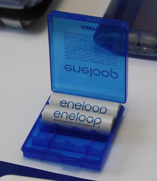 新エネループとともに発売された、エネループの電池ケース。単3電池は横向きに4本入る