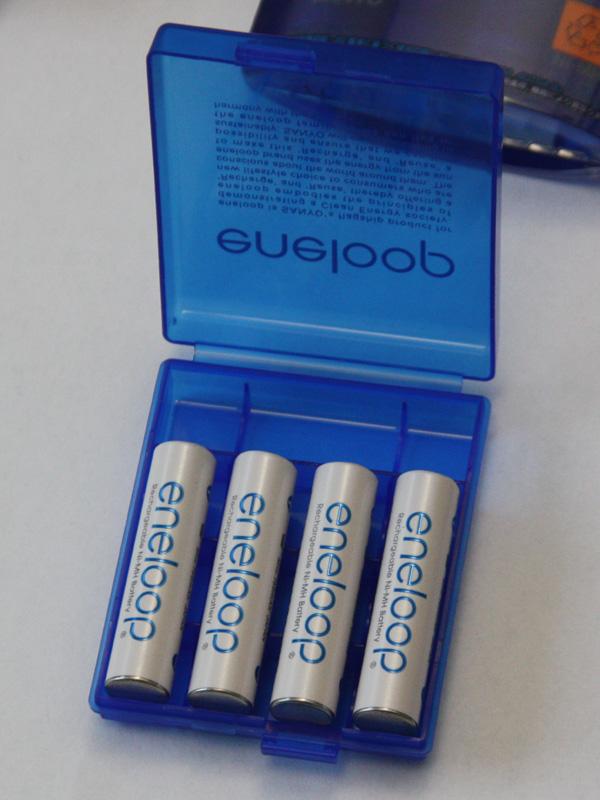 単4電池は縦向きに4本、さらに単3電池1本を横向きに入れられる
