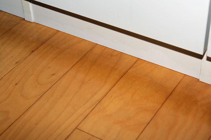 こちらはキャスター付き三脚がいつも置かれている床。キャスターにより床にスポット状の汚れが付いてしまっている。これがまた落ちにくい汚れなんですよ。写真左から、掃除前、スチームモップFSM1200で掃除後、さらにワックスがけ後の様子。スポット汚れをラクに落とせたのはビックリ