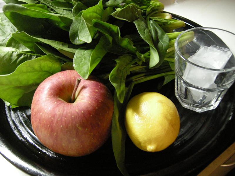 りんごとほうれん草のフレッシュジュースに挑戦。材料はこれだけ。甘みは付けない