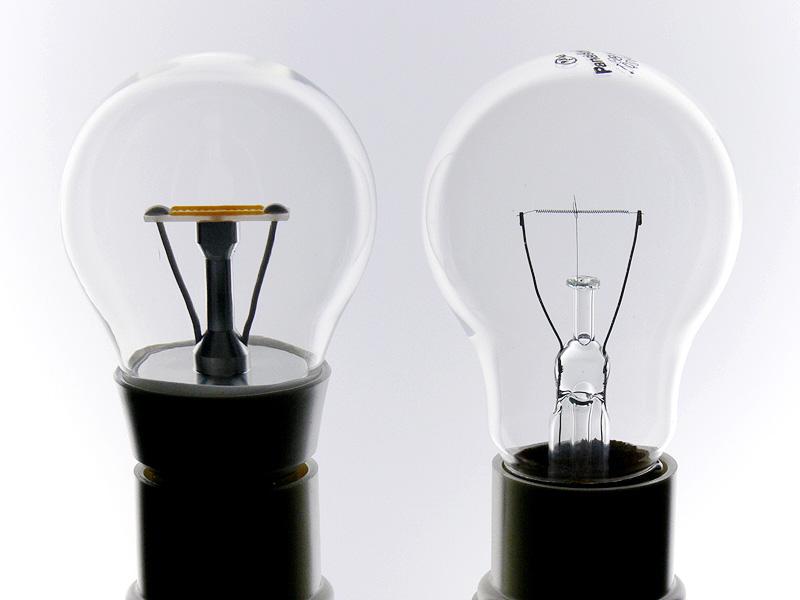 クリア電球(右)との比較。フィラメントを模したLED素子は、幅、位置、導入線の角度までクリア電球にとても近い