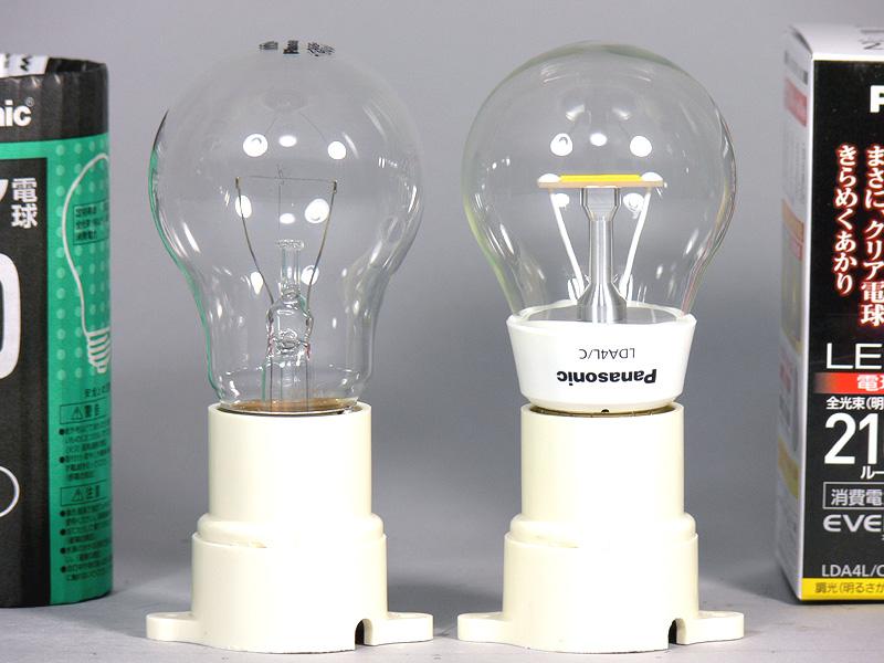 高さは98mmで、クリア電球(左)と全く同じ。口金付近の太さも、32mmでまったく同じだった。さらにいえば、発光体の位置や幅まで、クリア電球と同じ。重量は51gで、E26口金のLED電球の中で最軽量だ