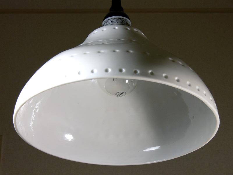 <b>【クリア電球:40/20W形】</b><br>電球の端が少し覗いている程度の角度から撮影した