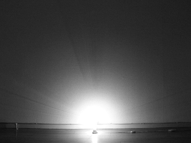 <b>【クリア電球:40/20W形】</b><br>ソケットぎりぎりまで明るい。電球を中心に床面に近いところから光が広がっている。導入線の影、ガラスグローブによる光の屈折が見える