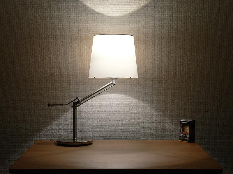 <b>【エバーレッズ:LDA4LC】</b><br>クリア電球にそっくりだ。シェードから漏れる光は、上下の明るさの差がほとんど感じられないほど。影のできる位置までほとんど同じだ