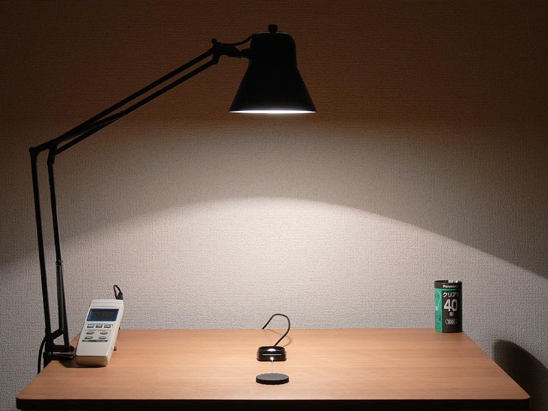 <b>【クリア電球:40W形 460lx】 </b><br>光源を55mm上方にセットし、直下照度を計測した