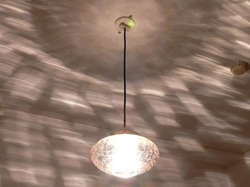 <b>【クリア電球:40W形】</b><br>器具から放たれる光はガラスにより屈折し、印象的な光の強弱が壁や天井に投影される