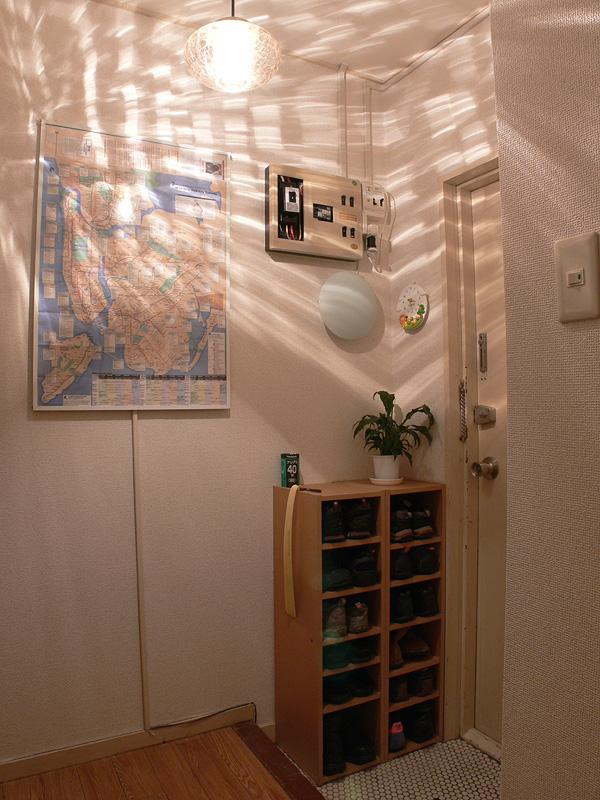 <b>【クリア電球:40W形】</b><br>玄関で実使用した様子。十分に明るいが、器具は直視するとかなり眩しい