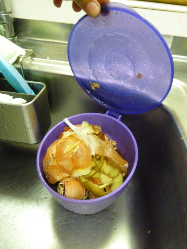 容量は1Lで4人分のカレーを作るのに使った玉ねぎ4玉、じゃがいも3個分の皮を余裕で捨てることができた