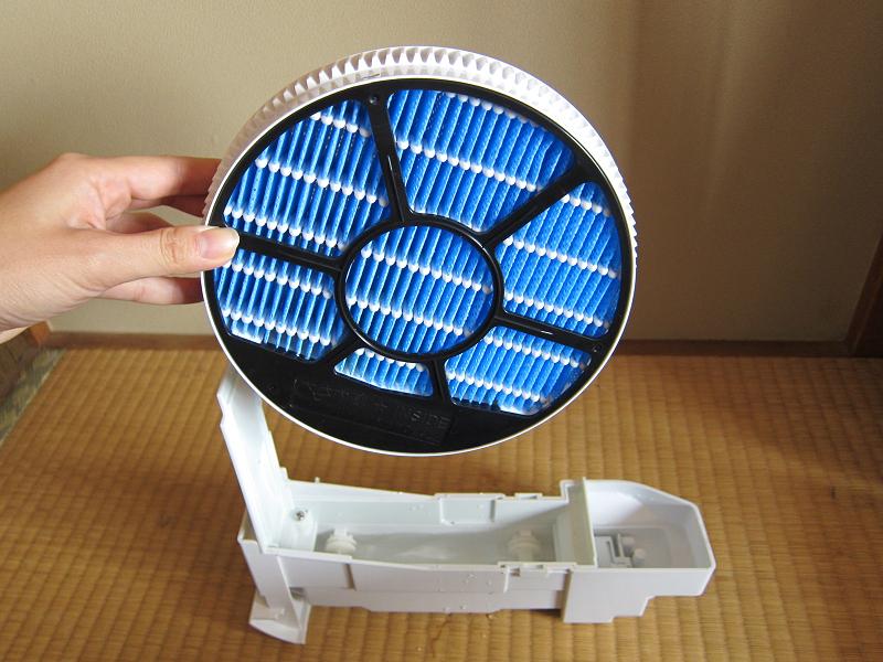 回転する円盤型のフィルターに水を通して、湿った空気を吹き出す加湿方式、ローター気化式を採用している