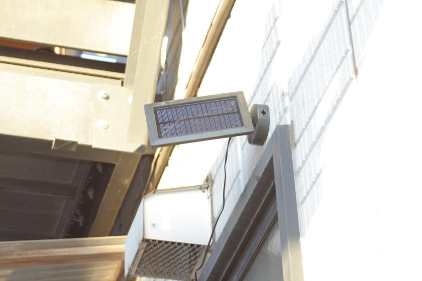 取り付けが終わったらパネルの角度を調整して、できるだけ太陽光がパネルに対して垂直に当たるようにする。ここでは、西側に少し振ってある