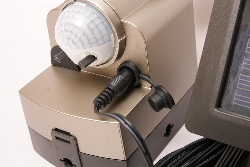 ライト本体の充電用プラグ差し込み口は、雨に濡れても内部に水が入らないように、下向きに設置されゴムパッキンもついている