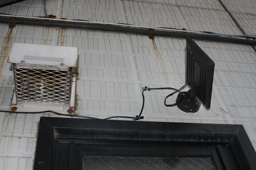 太陽電池パネルは季節によって角度を変える場合があるので、20cmほど余分な電線を残して固定した