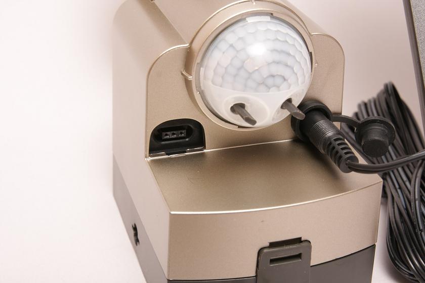 取り付けが終わったら、センサーの調整だ。写真の白く丸い部分がセンサー