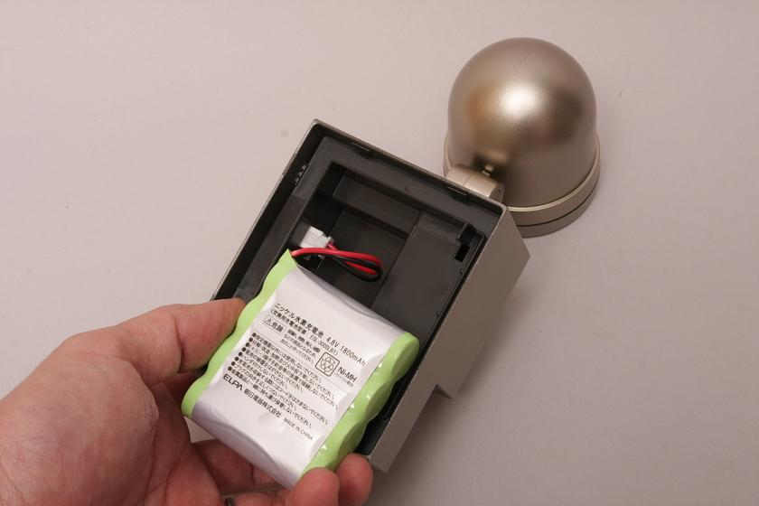 内蔵のニッケル水素電池は、乾電池型ではなくバッテリーパックになっている