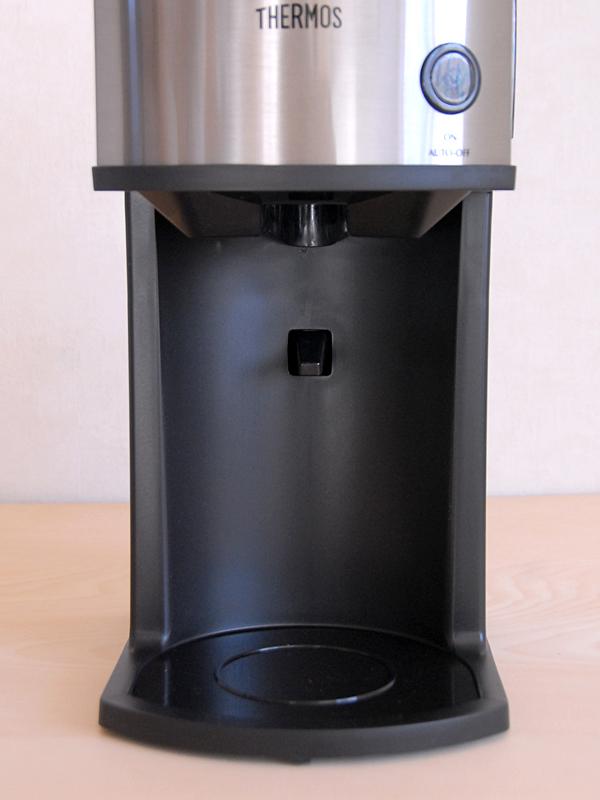 コーヒーメーカー本体。ポット置くとこの奥にあるレバーが押されてドリッパーの口を開く仕組み