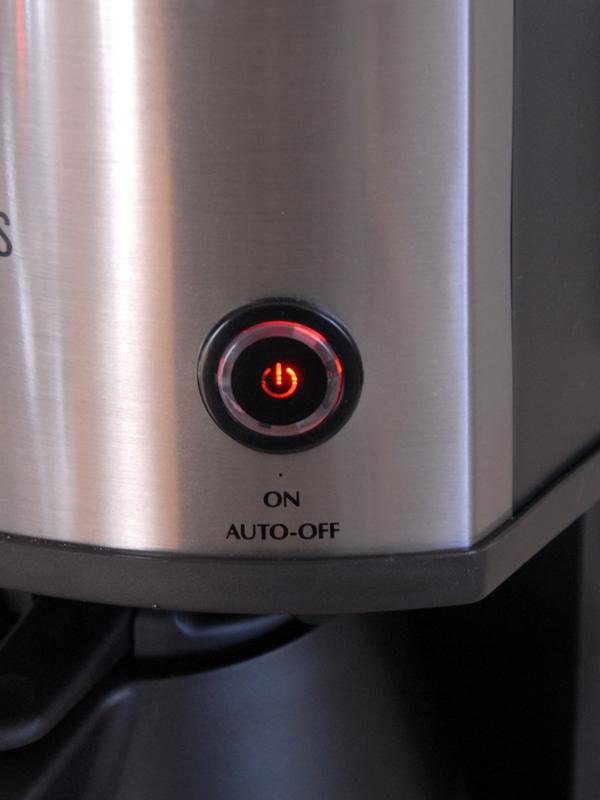 本体前面にある唯一のスイッチ。電源オン時には赤く光り、ドリップが終わると自動的に電源が切れるようになっている