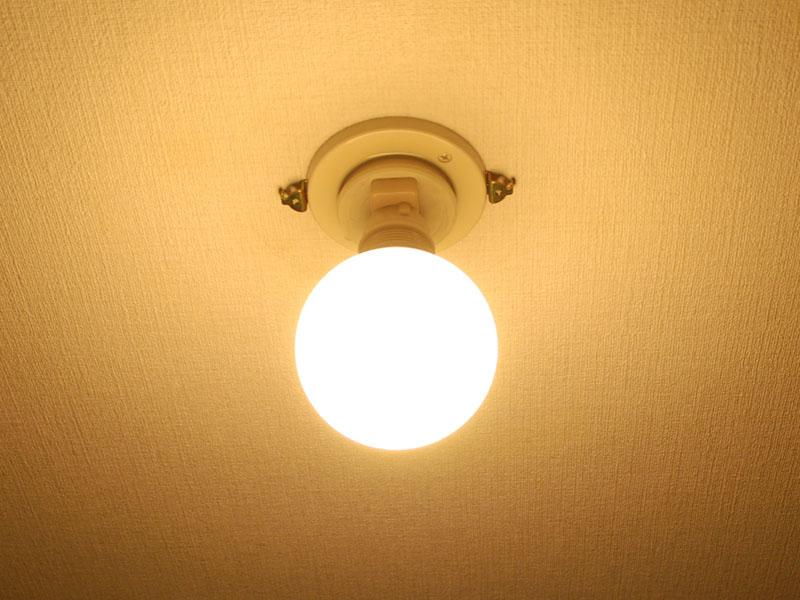 ボール型の電球型蛍光灯を使うと、光が天井まで回る