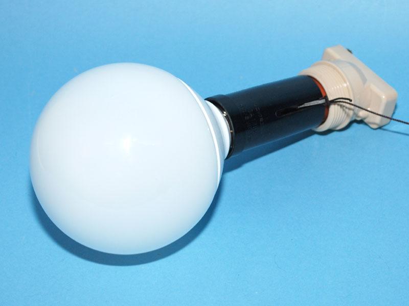 ボール型の電球型蛍光灯に、2つのアダプタを取り付けたところ