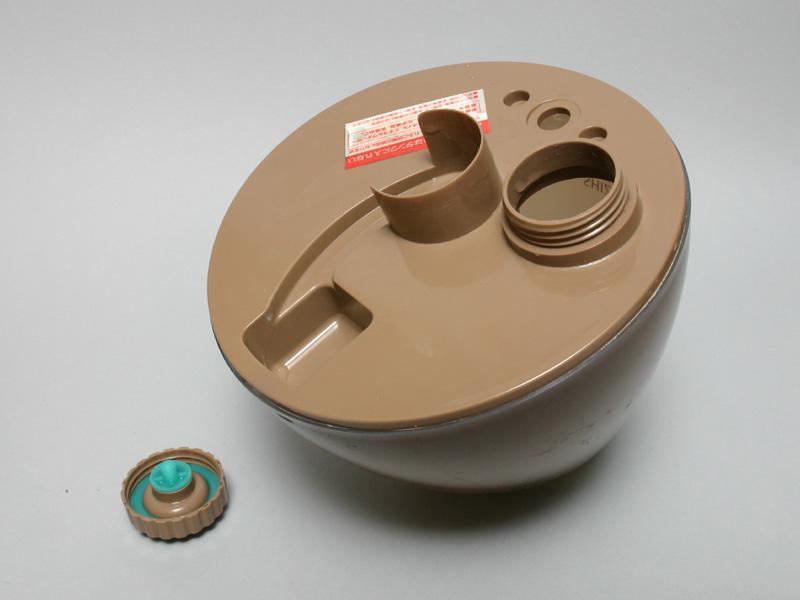 水タンクは安定性が悪く、給水時は手で支えないと倒れてしまう