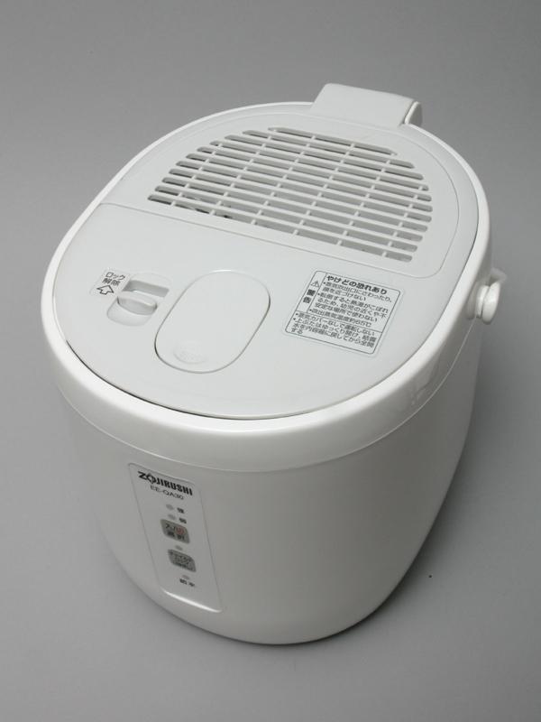 スチーム式も音は静か。今回使用した象印「EE-QA30」は、フィルターもなく、内部にフッ素加工が施されているため汚れがこびりつきにくい。メンテナンスが楽でオススメだ