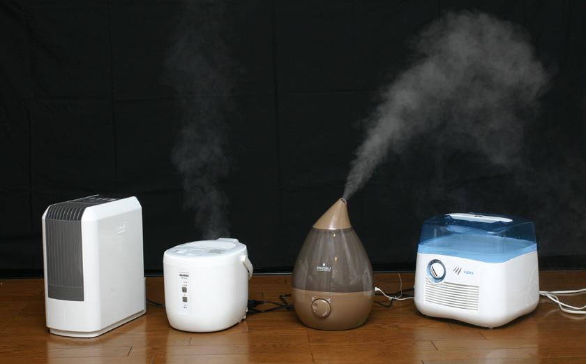 実験した加湿器のラインナップ。左からハイブリッド式、スチーム式、超音波式、気化式の加湿器。つーか左(ハイブリッド式)と右(気化式)は白いヤツが出てないのに、本当に加湿できてんの?
