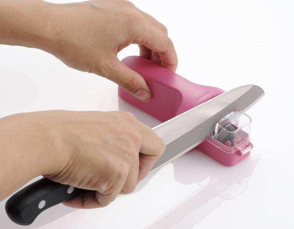 包丁を前後に10回ほど動かすと、簡単に研げる
