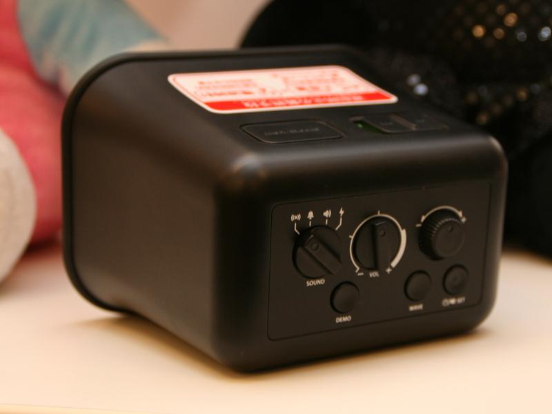 アラーム音の選択や、音量調節は本体背面で操作する