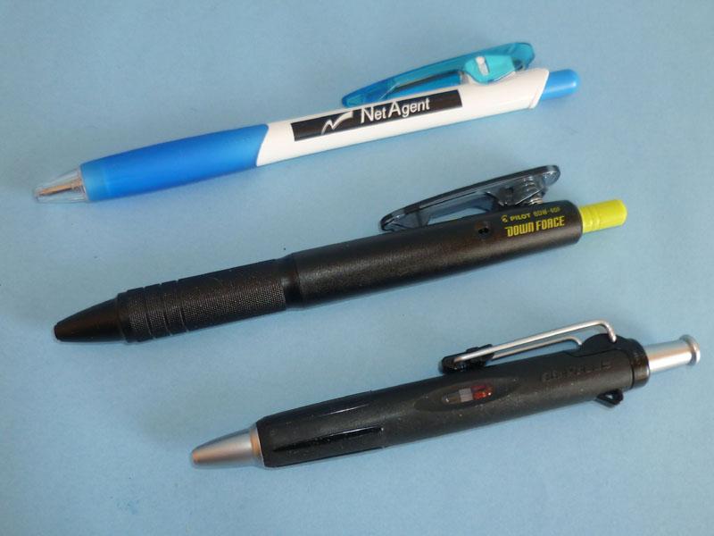 上から、ノベルティでいただいた普通のノック式ボールペン、DOWN FORCE、AirPress。DOWN FORCEのデザインや質感は、一般的なノック式ボールペンに近い