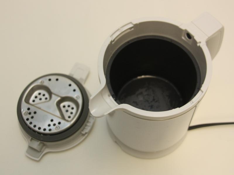 この状態で水を注ぎ入れる。フタが完全に開くので、手も簡単に入る
