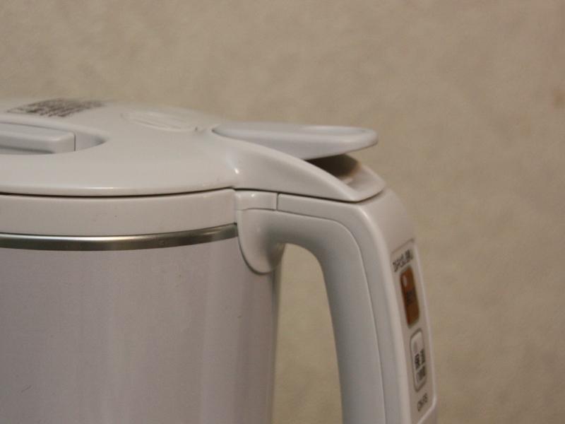 象印のケトルの特徴である、湯量調節レバー。この状態は、ロックが掛かっている