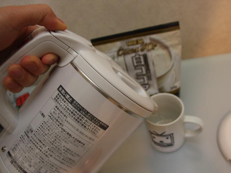 レバーをちょっとだけ押すと、お湯もちょっとだけしか出てこない。ココアを溶かす際など、お湯は少しだけで良い場面にちょうど良かった