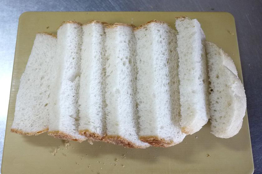 2日ほど経過して、乾燥してきたタイ米食パンをスライス